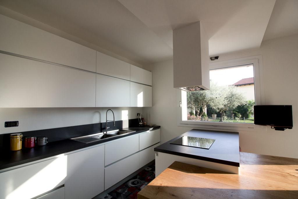 Cucina Moderna In Legno Massiccio Rovere.Atelier Legno Cucina Moderna Su Misura Con Tavolo In